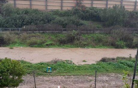 """תיעוד: נחל עזר זורם במי גשמים סמוך לשכונת גני הדר בפ""""ת"""