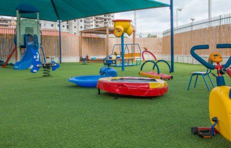"""הוגדל התקציב להתקנת דשא סינטטי בגני הילדים בפ""""ת"""
