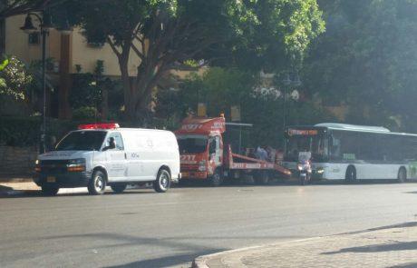 שבעה בני אדם נפצעו מבלימת פתע של אוטובוס ברחוב ז'בוטינסקי