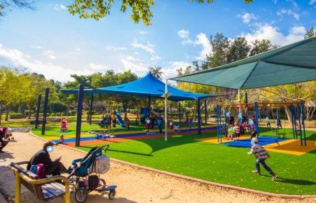 """מועצת העיר פ""""ת אישרה:הצללת מתקני משחקיםבפארקים ובגינות הציבוריות"""