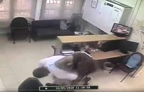 """תיעוד מזעזע: מאבטח בן 53,שאינו חמוש, הותקף במשרדי הרווחה פ""""ת"""