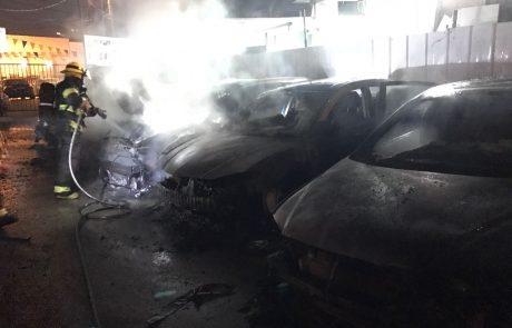 """תיעוד: שבעה כלי רכב עלו באש בחניון בפ""""ת, נבדק חשד להצתה"""