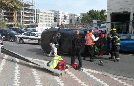 """נס: התהפכה עם רכבה ברחוב משה דיין פ""""ת, ונפצעה קל"""