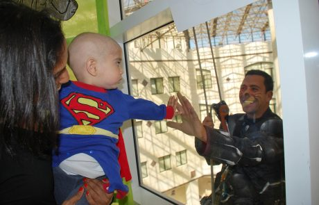 גיבורי העל ספיידרמן וסופרמן, הפתיעו את הילדים המטופלים במרכז שניידר לרפואת ילדים בחג פורים