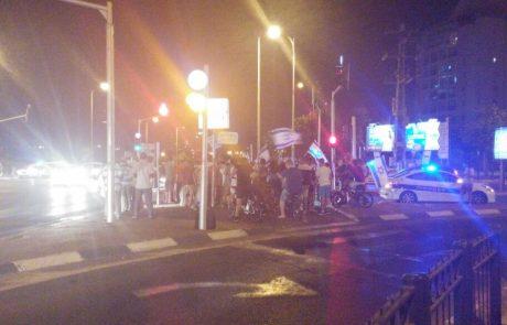 תיעוד: עשרות מפגינים בצומת סירקין בפתח תקווה בעקבות גל הטרור