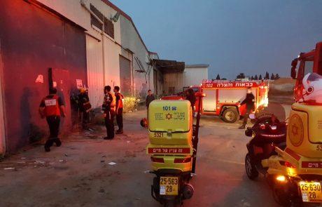 """צפו: ארבעה ילדים חולצו ממבנה נטוש בפ""""ת, אחד מהם נפצע קשה"""