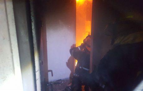"""תיעוד: דירה ברחוב ד""""ר וויסבורג בפ""""ת עלתה באש"""