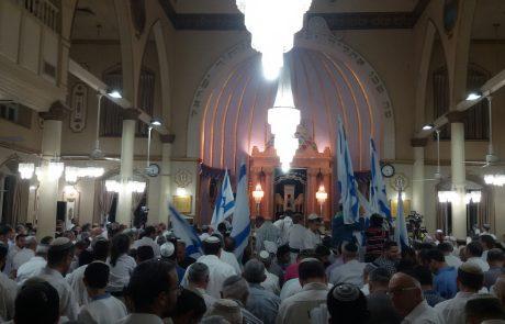 """יום העצמאות בפ""""ת: תיעוד מהתפילה בבית הכנסת הגדול"""