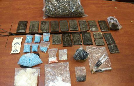 המשטרה עצרה בפתח תקוה אב ובנו בחשד להחזקת כמויות גדולות של סמים מסוגים שונים