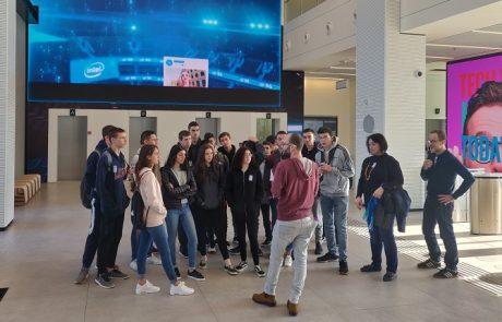 """עם הפנים לעתיד: תלמידי רובוטיקה מתיכון גולדה ערכו סיור באינטל פ""""ת"""